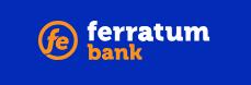 Ferratum Bank Logo bilde. Ferratum er skrevet med små, hvite bokstaver og bank er skrevet med små orange bokstaver. Ferratum er på en linje,mens bank står på neste. Foran bank navnet til venstre midt mellom linjene er det en orange sirkel hvor fe står i orange små bokstaver. Bakgrunnen på logoien er kongeblå.