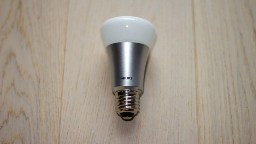 Bildet under tittelen ¨Spare penger tips¨ er symbolsk og viser er moderne LED sparelyspære som ligger på et moderne offwhite tre gulv. Sokkelen er sølvgrå og gladdboblen er hvit. Merket på lyspæren er Philips - Låneoversikten
