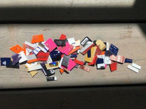 Bildet viser mange kredittkort som er klippet opp og ligger i en haug og eksemplifiserer at selv om du kan samle gjeld med betalingsanmerkning.
