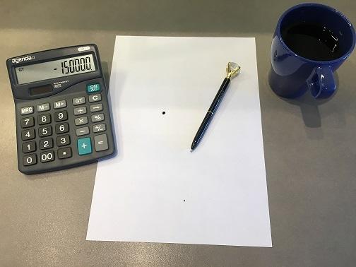 Bildet er under tittelen ¨Hvordan spare penger med å refinansiere¨ og symboliseres ved at det vises en kalkulator det står minus kr 150 000, en blankt hvitt ark, en sort penn og blå kaffekopp.