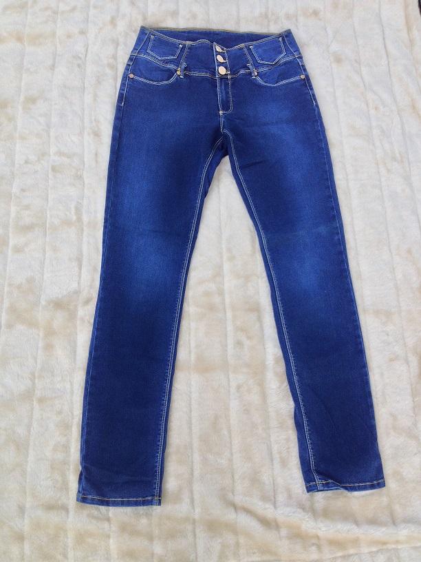 Bildet viser mørkeblå brukt Floyd bukse som ligger på offwhite luksuriøst pledd. Bildet er et eksempel på at man kan legge brukte ting ut på feks Finn og øke sin inntekt.