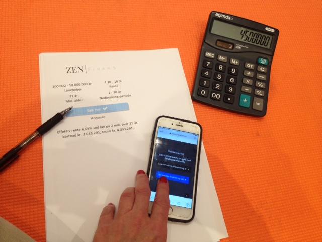 Refinansiering for å dekke forbruksgjelden vist med en som jobber med Zen finans utskrift, telefon, kalkulator og penn.